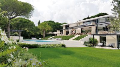À Saint-Tropez: Modernité sur la Côte d'Azur.